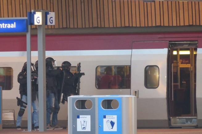 I reparti speciali dell'antiterrorismo in azione nella stazione di Rotterdam (foto via Twitter di Gareth Mate @gm8ty)
