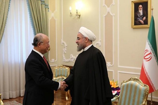 Yukiya Amano, direttore generale dell'Agenzia Internazionale per l'Energia Atomica (Aiea), con il presidente della Repubblica Islamica dell'iran, Hassan Rouhani (foto AsiaNews)