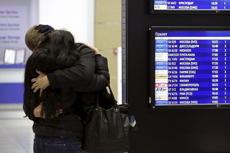 I familiari di alcune vittime dello schianto stretti nel loro dolore all'aeroporto di San Pietroburgo (STRINGER/RUSSIA)