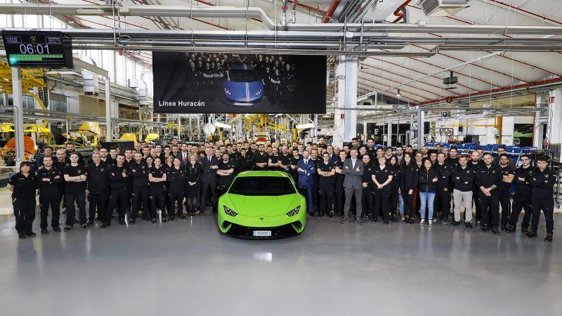 La Lamborghini Hurracàn n. 10.000 nella foto celebrativa con tutti i tecnici della linea di produzione (foto Umberto Guizzardi per Lamborghini)