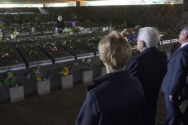 Il Presidente Sergio Mattarella sosta dinanzi al Sacrario delle Fosse Ardeatine, in occasione della cerimonia commemorativa del 71° anniversario dell'eccidio (Foto Quirinale)