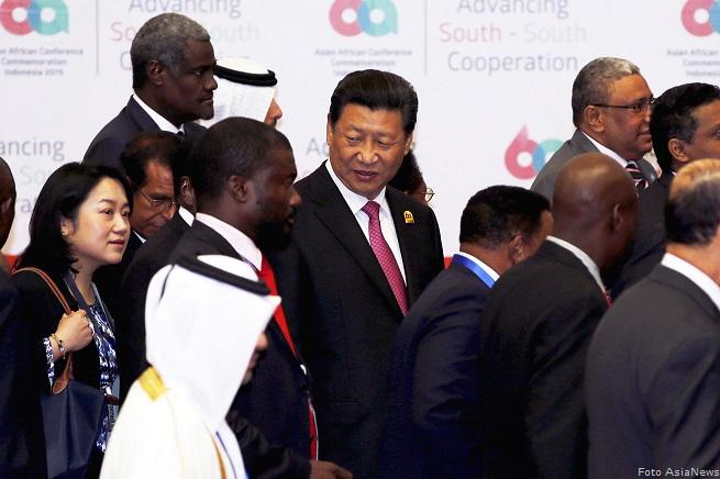 Il prresident cinese Xi Jinping parla con i delegati prima dell'avvio dei lavori della Conferenza Asia-Africa a Jakarta (Photo credit: AsiaNews/REUTERS/Darren Whiteside)