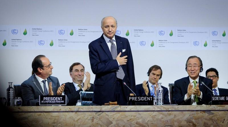 """Cop21, Parigi supera Kyoto. Accordo raggiunto sui cambiamenti climatici. Hollande: """"una grande data per l'umanità"""""""